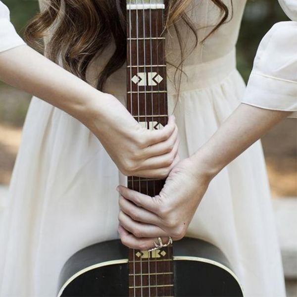 عکس پروفایل دخترونه با گیتار