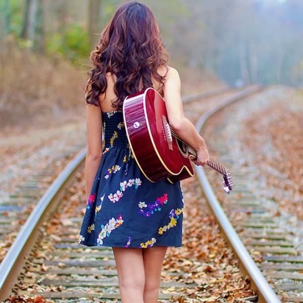 دانلود عکس دختر گیتاریست با موهای باز