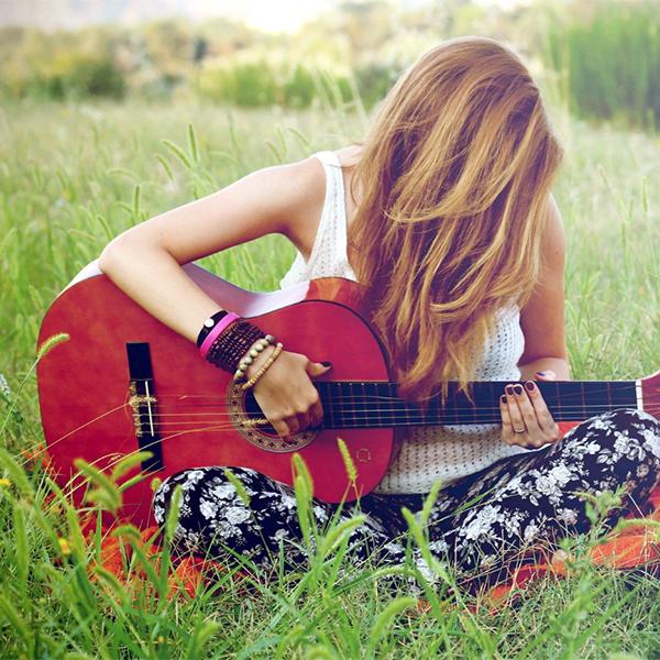 عکس پروفایل دختر گیتار بدست در طبیعت