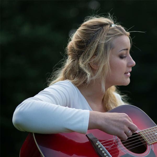 پروفایل زیبای گیتاریست دختر