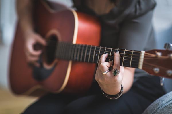 عکس بکگراند دخترانه با گیتار