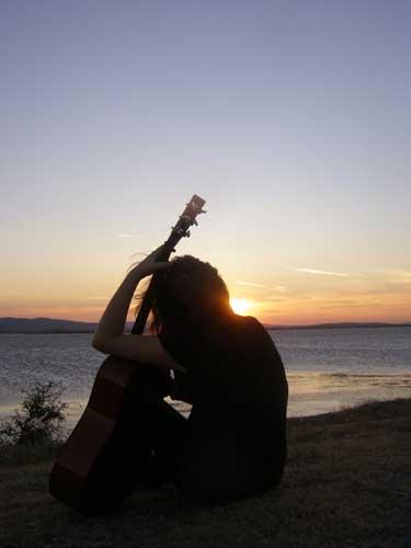 عکس پروفایل دختر گیتاریست- روبه دریا