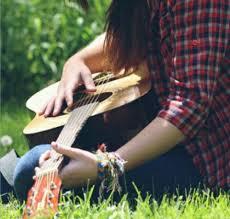 عکس نوشته دخترانه با گیتار در دل طبیغت