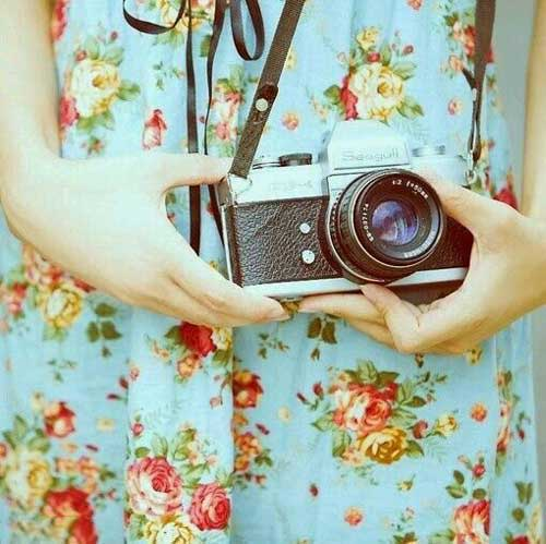 دختر دوربین به دست