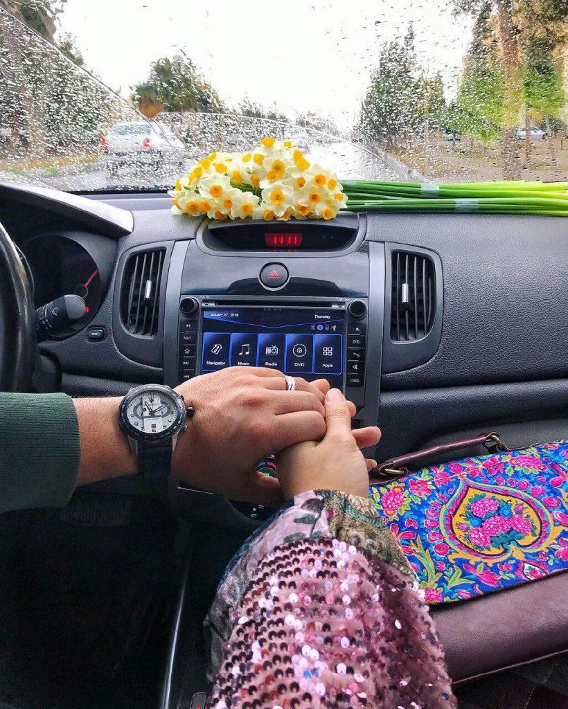 عکس گل نرگس روی داشبورد ماشین