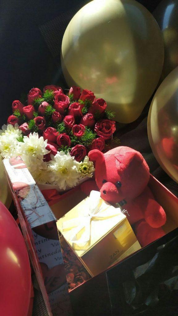 عکس استوری فیک از بادکنک طلایی و خرس قرمز ولنتاین