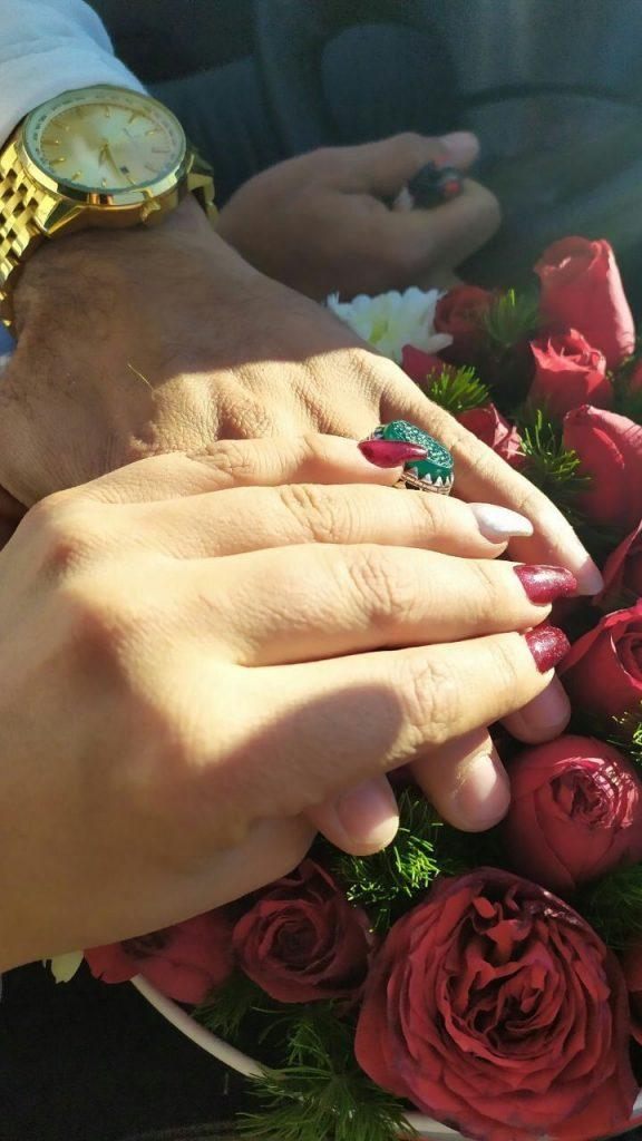 عکس دست دختر پسر با گل رز قرمز برای استوری فیک